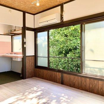 窓いっぱいに広がる木が、ツリーハウス気分を高めてくれます。