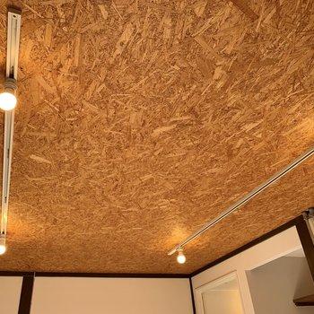 天井の照明も粋なんです。