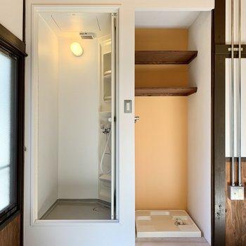 シャワースペースと洗濯機置き場が近いので洗濯がラクですね。