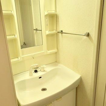 うれしい独立洗面台。※クリーニング前の写真です