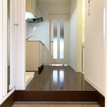 玄関入って、こげ茶色のツヤツヤフローリングがお出迎え。