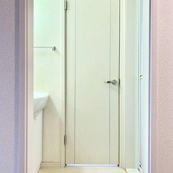 キッチン後ろにサニタリー。扉はないのでお好みでのれんでも。