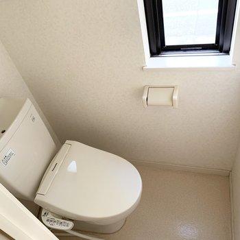 うれしい窓付きの個室トイレ。