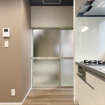 【LDK】キッチンの左に、元勝手口のちょっとしたスペースが。