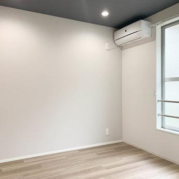【洋室】こっちのお部屋にも新しいエアコン付き。