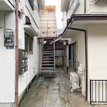 アパートとアパートの間、階段の近くに玄関があります。