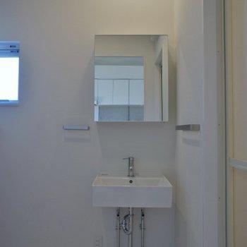 スタイリッシュな洗面は鏡裏も収納できます♪