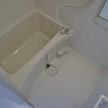 シンプルな浴室が落ちつく。
