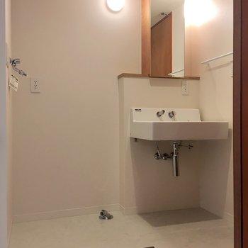 脱衣所に、洗濯機置き場と洗面台。