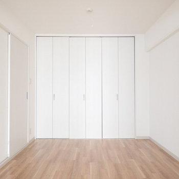 広いです。ベットはどっちのお部屋に置こうか。※写真は5階同間取り・別部屋のものです。