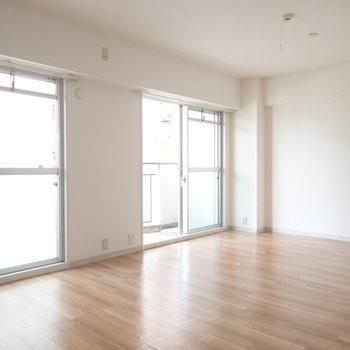 大きな窓がふたつあるので明るいんですね。※写真は5階同間取り・別部屋のものです。