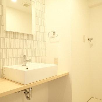 洗面台の下に荷物は置けますね。※写真は5階同間取り・別部屋のものです。