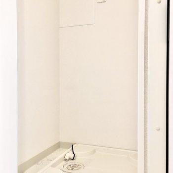 洗濯パンは扉で隠せるタイプでスッキリと!