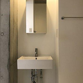 洗面台はスタイリッシュです※写真は2階の同間取り別部屋のものです