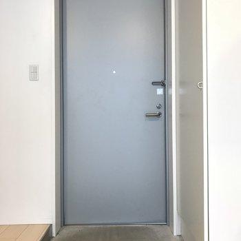 玄関ドアです。ちょっと狭いけどコンクリートの床がいい雰囲気を出してます※写真は2階の同間取り別部屋のものです