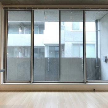 大きな窓。天井が高く、上まで窓なので開放感◎※写真は2階の同間取り別部屋のものです