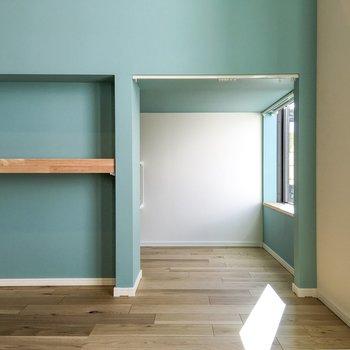 窓側に小さな机を置いて、こじんまりとした書斎に。なんて使い方もできますね。