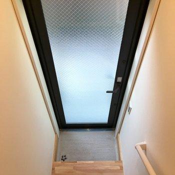 玄関は階段を下った場所にあります。