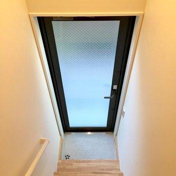 玄関は階段の下に。