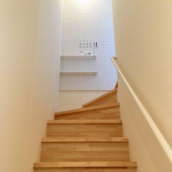 階段を登った先には有孔ボードがあります。