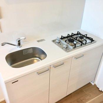 キッチンは二口ガスコンロ。自炊派には嬉しい設備。