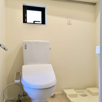 洗濯機置き場とトイレはお隣さん。