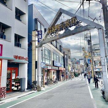 駅近くには商店街。賑やかですね。