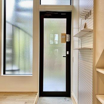 玄関は磨りガラスでクリアな雰囲気になります。