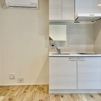 キッチン左横にはテレビが置けますよ。