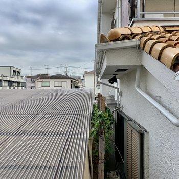 ロフト上からの眺望。屋根の上から青い空が見えますね。