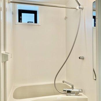 お風呂は乾燥機付き。清潔感がありますね。