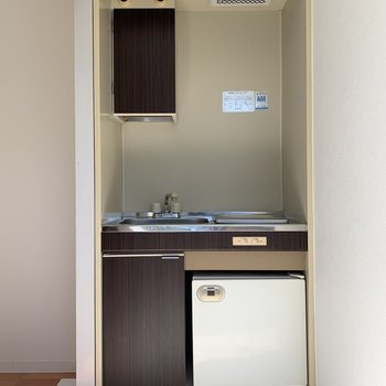 コンパクトなキッチンは冷蔵庫がついてますよ!