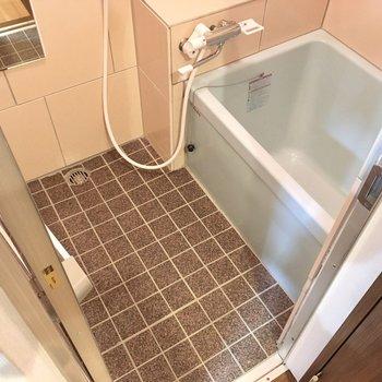 お風呂はコンパクト。サーモ水栓でお湯の調節楽ちんだ。