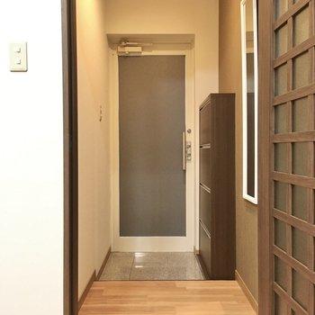 玄関はお店のドアの用。