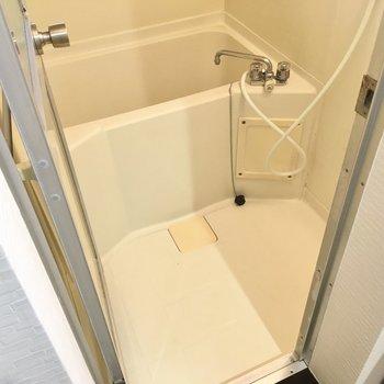 お風呂はひねるタイプですが、広さはしっかり。