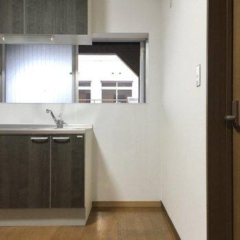 お隣に冷蔵庫かな?窓もあって換気もしっかりできそうです。