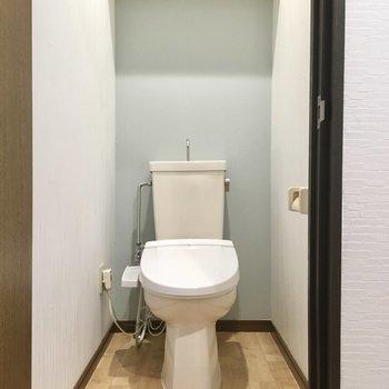 トイレは爽やかなブルーで。ウォシュレット付きです。