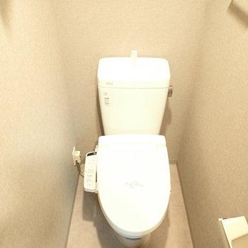 トイレも淡いブラウンですね。(※写真は4階の同間取り別部屋のものです)