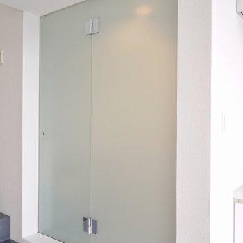 シャワールーム、お洒落だなあ。。(※写真は5階の反転間取り別部屋のものです)