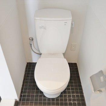 トイレはシンプル(※写真は5階の反転間取り別部屋のものです)
