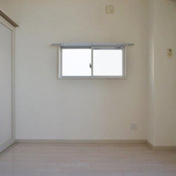 小窓も嬉しいポイント◎※写真は同タイプの別室。