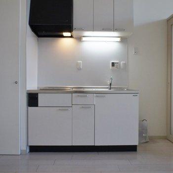 キッチンも白で合わせました!※写真は同タイプの別室。