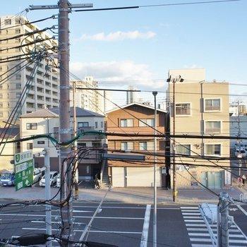 目の前は幹線道路。。※写真は同タイプの別室。