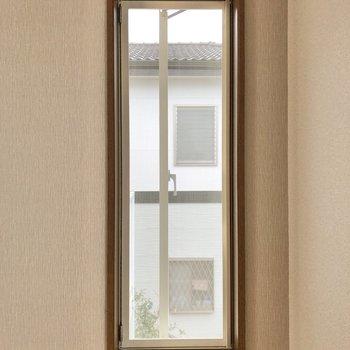 小窓も開閉が可能です。