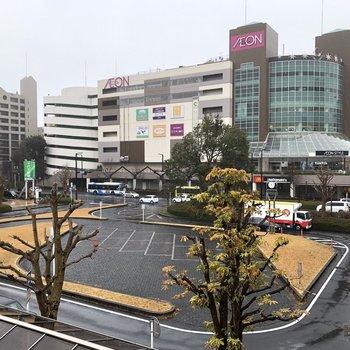 大型商業施設がある駅前。