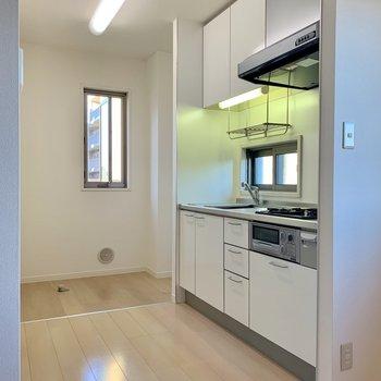 キッチンの奥に冷蔵庫と洗濯機がおけます