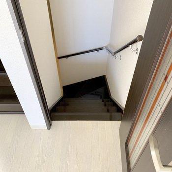 階段を降りた先、玄関側に水回りが集まっています。