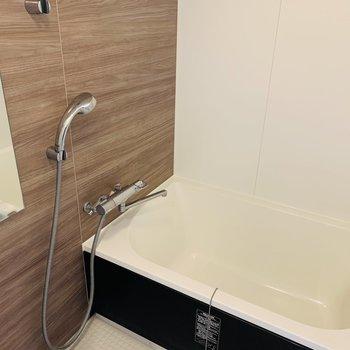 浴室はこちら 木目のシートが落ち着きます