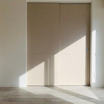 隣の洋室との仕切り扉