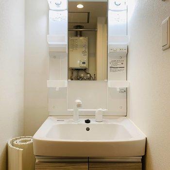 洗面台も木目 広いシンクです♪